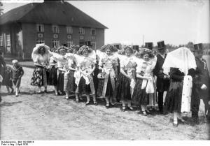 Spreewald, Wendische Mädchen in Tracht