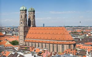 800px-Frauenkirche_Munich_-_View_from_Peterskirche_Tower