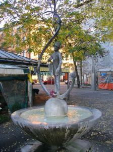 Karl-Valentin-Brunnen_Viktualienmarkt_Muenchen_2004
