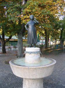 Liesl-Karlstadt-Brunnen_Viktualienmarkt_Muenchen_2004