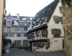 1280px-Schiefes_Haus_und_Ulmer_Münz_Ulm_Fischerviertel