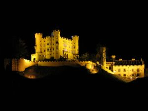 1280px-Schloss_Hohenschwangau_at_night_1